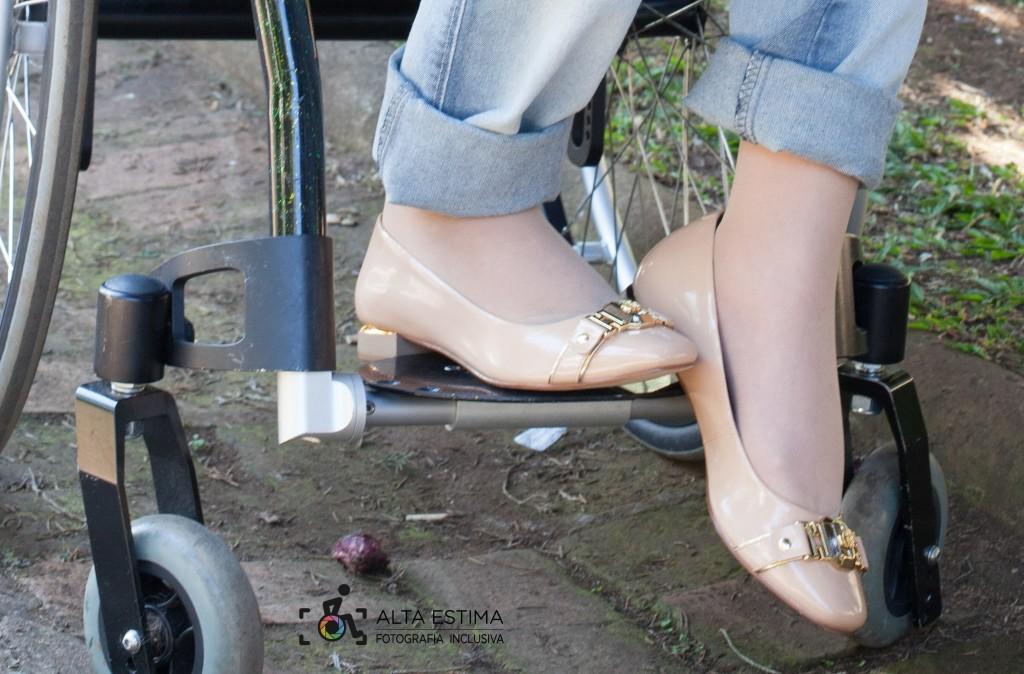 O sapato é confortável, leve, com salto de 1,5cm. A cor combina com tudo. Mas outras cores são possíveis: cinza, preto, azul marinho... Vc decide!