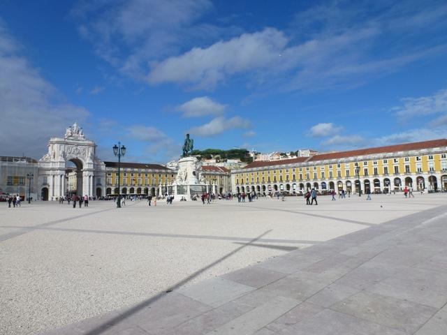 A bela Praça do Comércio. Observe as faixas pavimentadas com pedra cruzando toda a extensão da praça.