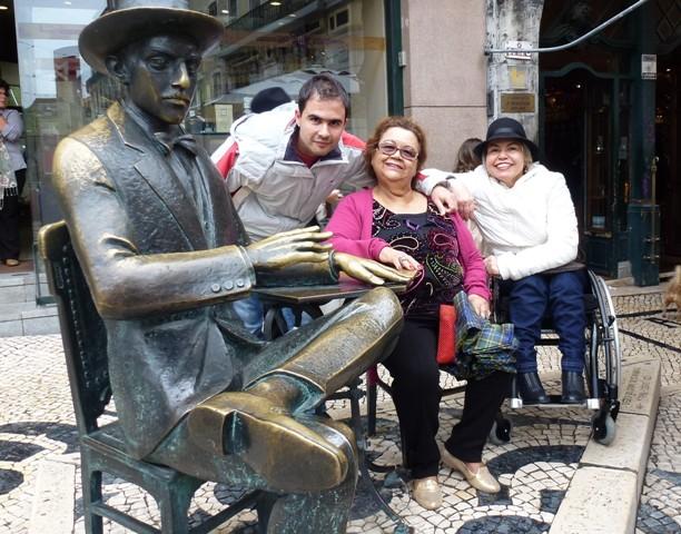 Esta foto é um clichê. Todo mundo faz esse clique! Mas é irresistível tirar foto com a estátua de Fernando Pessoa na cafeteria A Brasileira... rs