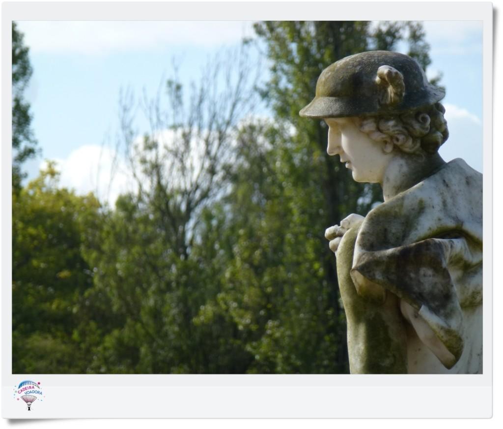 Estátua na parte inferior dos jardins