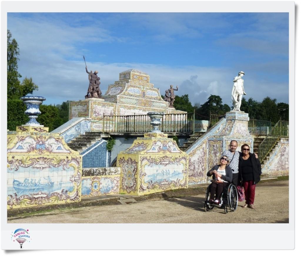 Muro de azulejos na parte inferior dos jardins. Amplie a foto e tente ver os pedriscos.