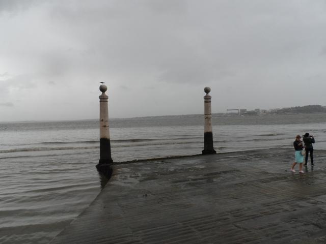 O ar de mistério do Tejo é ainda maior quando chove...