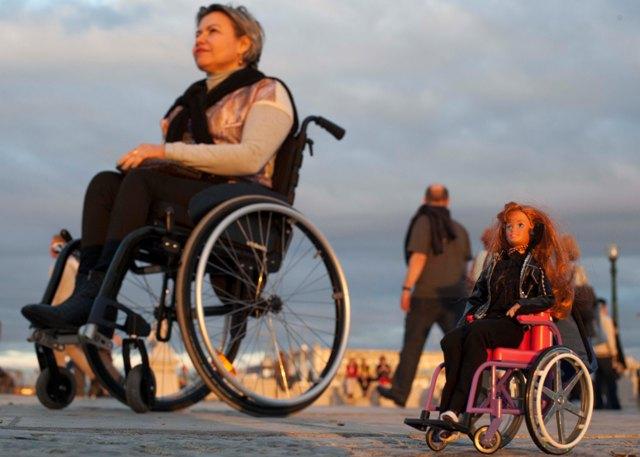 Tina Descolada e eu na Praça do Comércio, admirando o belo pôr do sol. (Foto de Marta Alencar)
