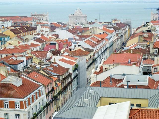 Vista de Lisboa com Tejo ao fundo.