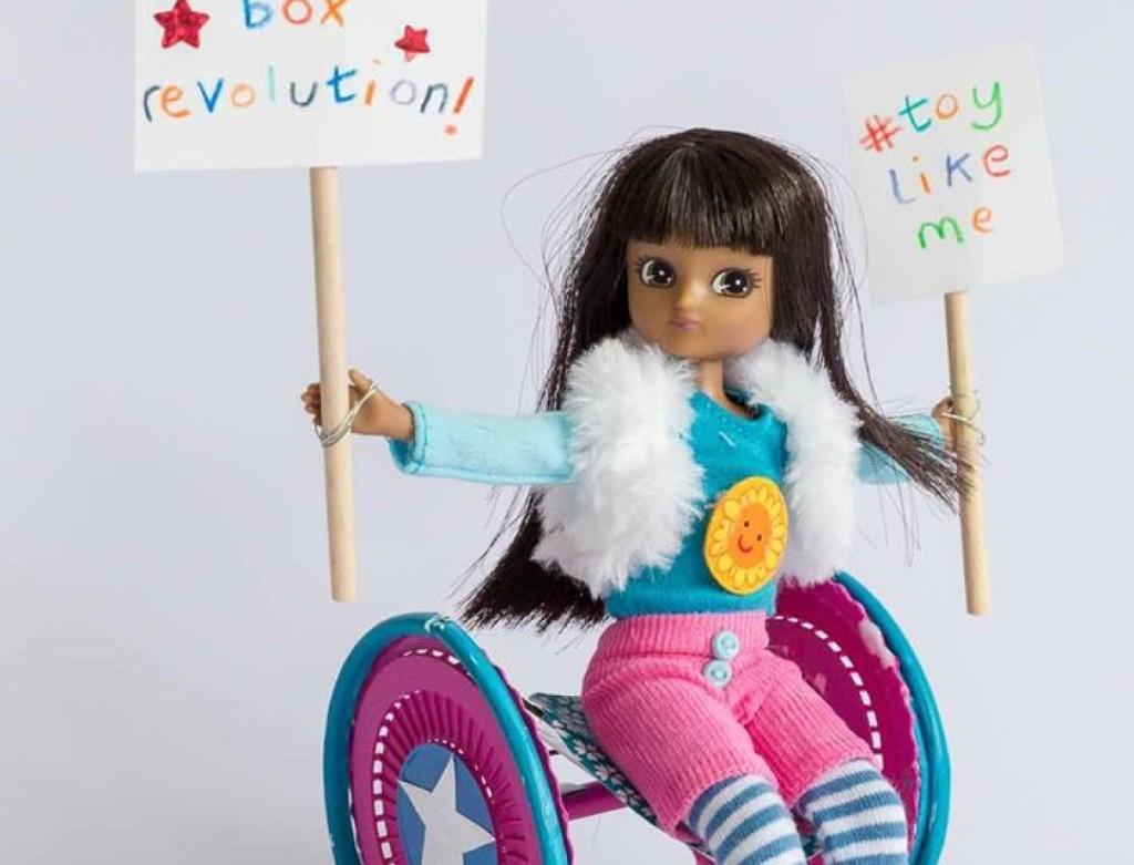Bonecas produzidas pela Toy Like Me não apenas reproduzem a pessoa com deficiência, mas são bonitas, coloridas e se vestem de forma fashion