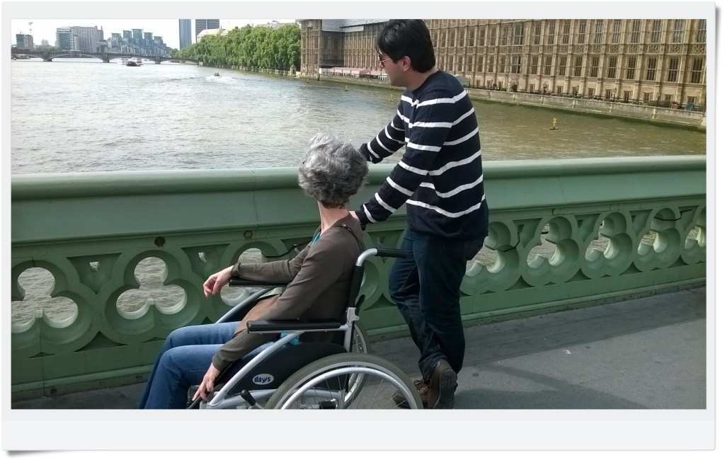 Marília está na ponte, vendo o Rio Tâmisa e o Parlamento