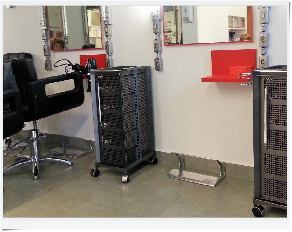 Na área de cuidados com os cabelos, as poltronas podem ser afastadas para acomodar a cadeira de rodas