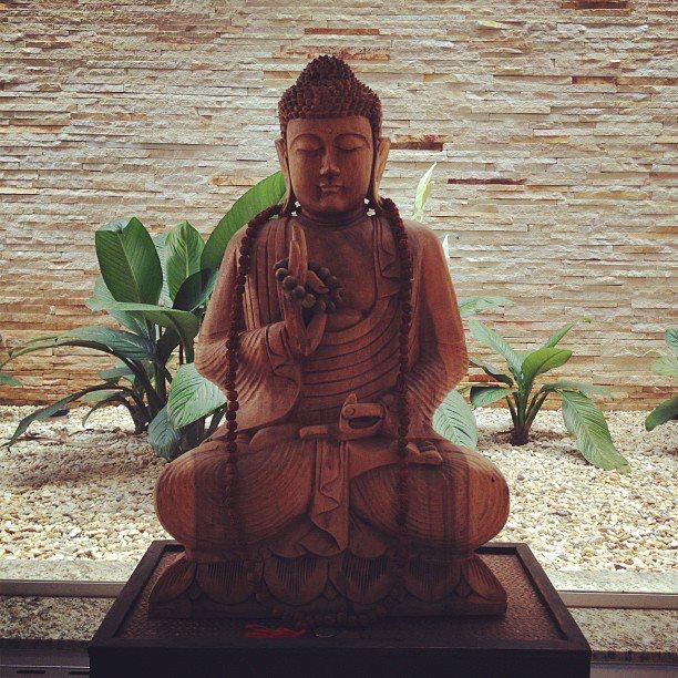 O centro terapêutico é bonito, silencioso e tem uma energia suave e gostosa. Quem te recebe é o Buda...
