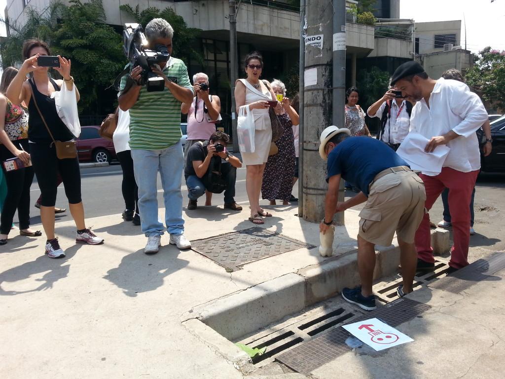 Durante a cadeirata (passeata em cadeira de rodas), os obstáculos nas vias públicas eram marcados com desenhos de caveiras e mensagens poéticas