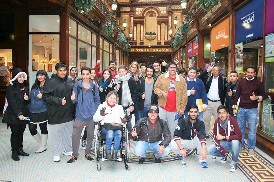 Nesta foto, estou com os estudantes que estavam iniciando o intercâmbio naquela semana, após termos feito um tour de reconhecimento do centro da cidade, a pé