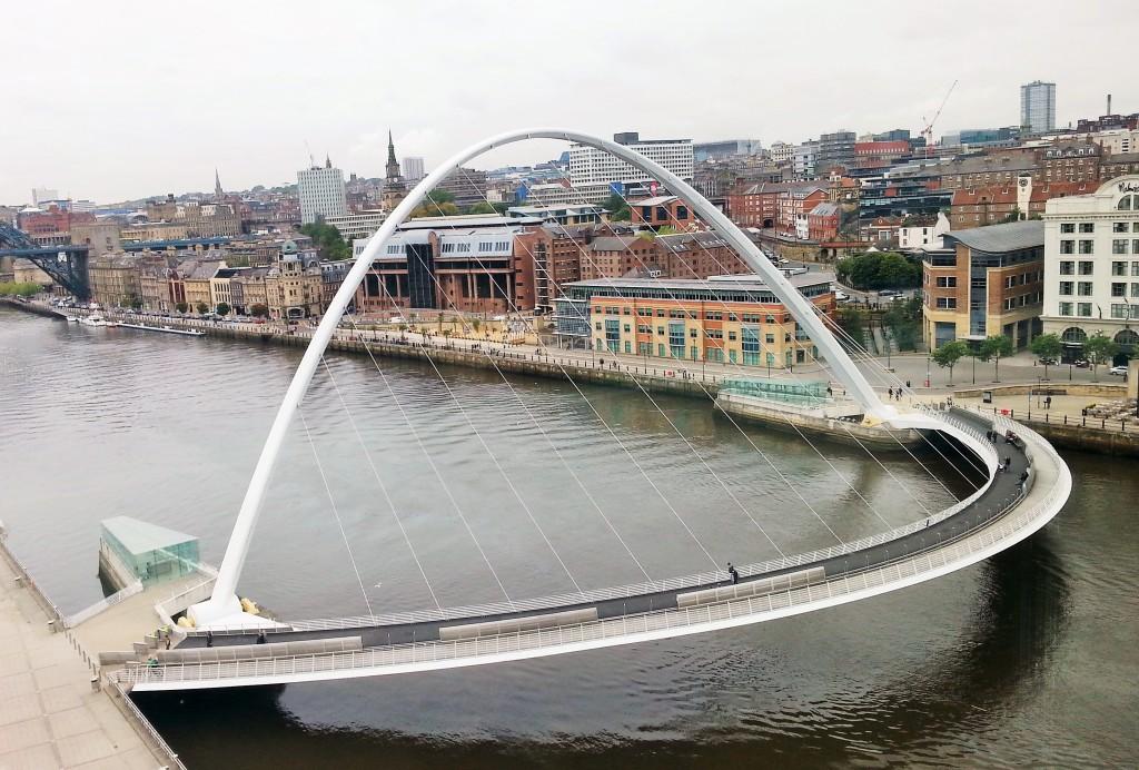A Millenium Bridge é um dos cartões postais de Newcastle upon Tyne. Fica sobre o Rio Tyne e gira para os barcos passarem. Mostrarei tudo no próximo post!