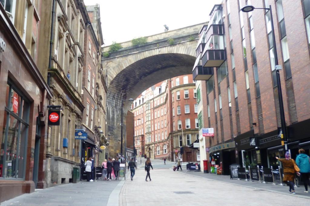 Ultrapassado este viaduto, vire à direita para subir a bela Grey Street.