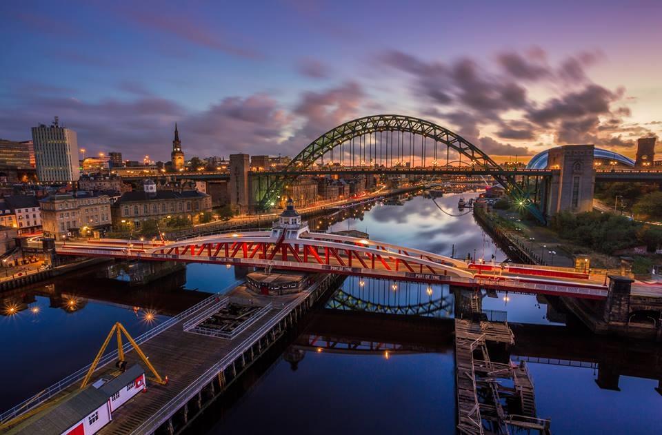 A Swing Bridge é a vermelha. (Foto retirada do Google)