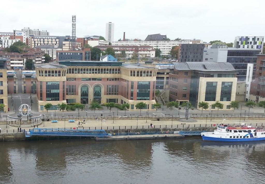 A região do Quayside, às margens do Rio Tyne, é particularmente agradável