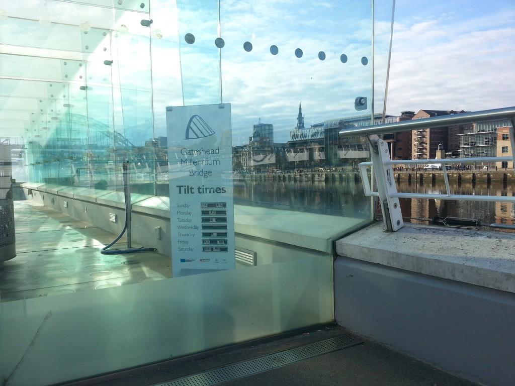 Há uma sala toda de vidro nas duas extremidades da ponte. Aí, você encontrará os horários do tilt. Também poderá clicar aqui para se informar.