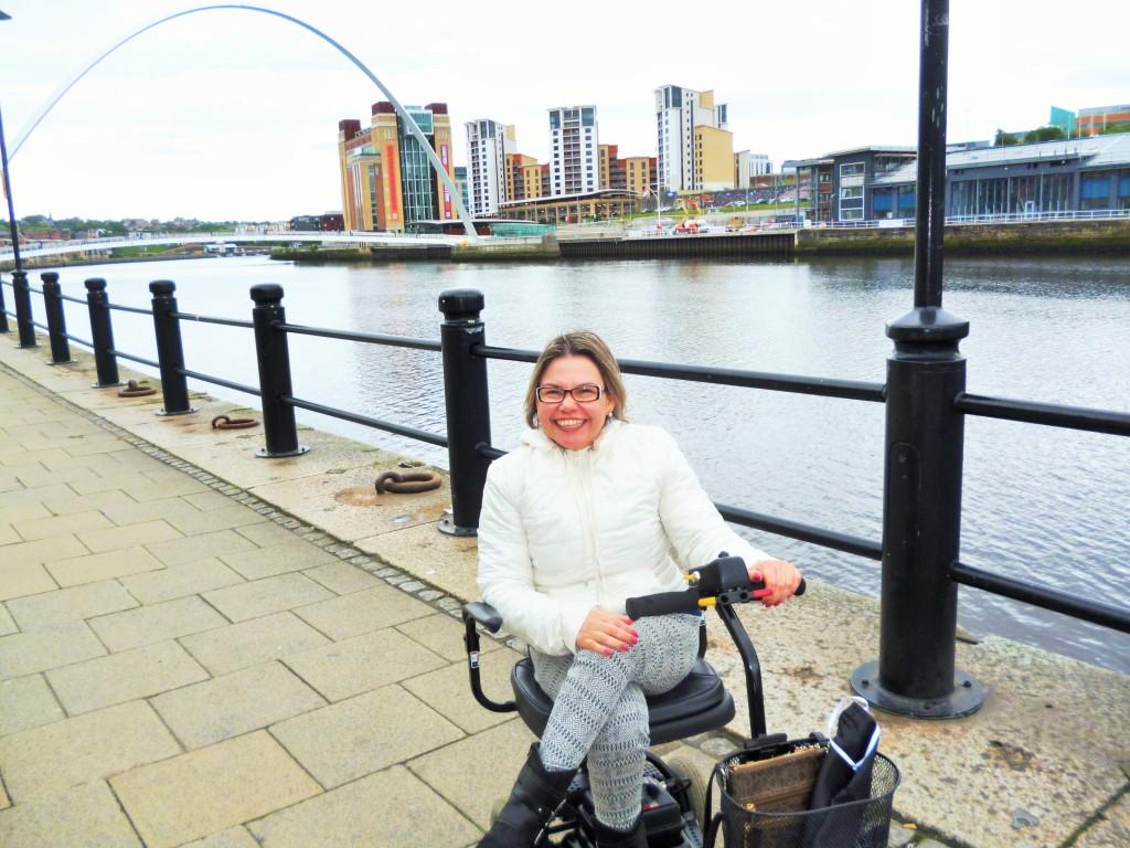 Estou passeando de scooter pela região do Quayside, na cidade de Newcastle upon Tyne, onde fiquei durante um mês, fazendo intercâmbio