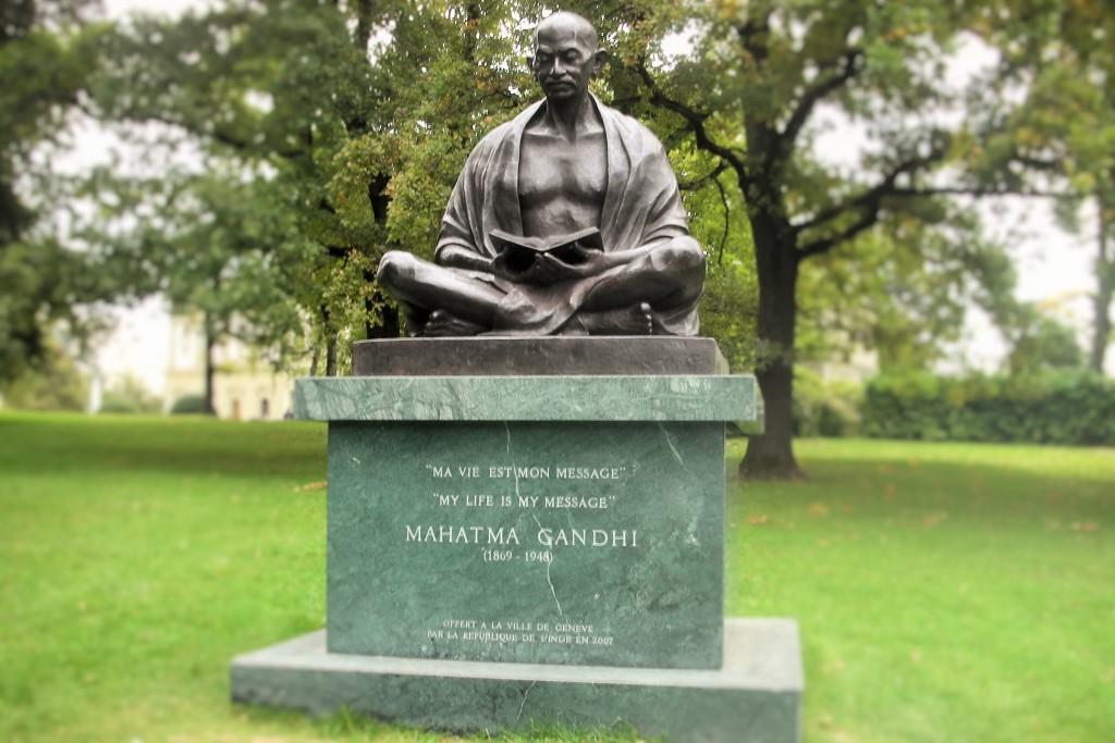 """Uma homenagem ao Mahatma Gandhi reproduz uma de suas frases que mais admiro: """"Minha vida é minha mensagem."""" Quem de nós poderia dizer algo assim? Temos tantas frases dentro dos bolsos para distribuir como mensagens... Mas e as ações?"""