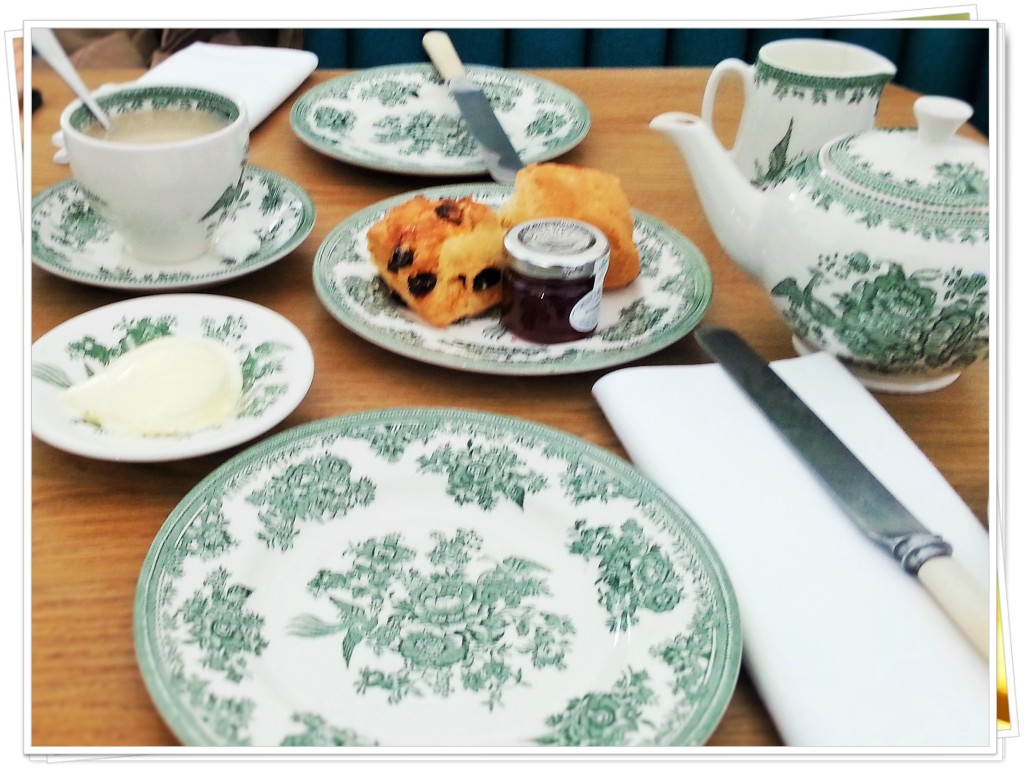 Ainda não esqueci o sabor desse scone, nem a beleza da louça no Grand Court Restaurant.
