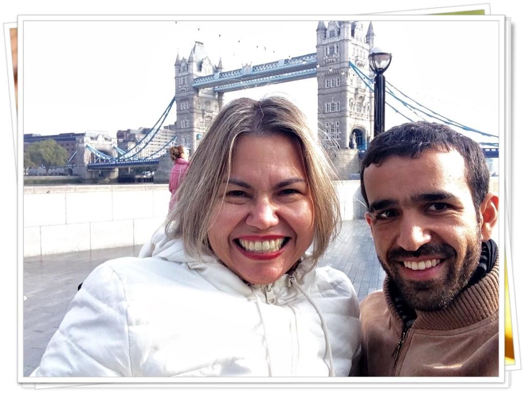 Estou com o Guile, que me fez companhia em Londres durante três dos quatro dias que passei por lá. Ao fundo, a Tower Bridge.