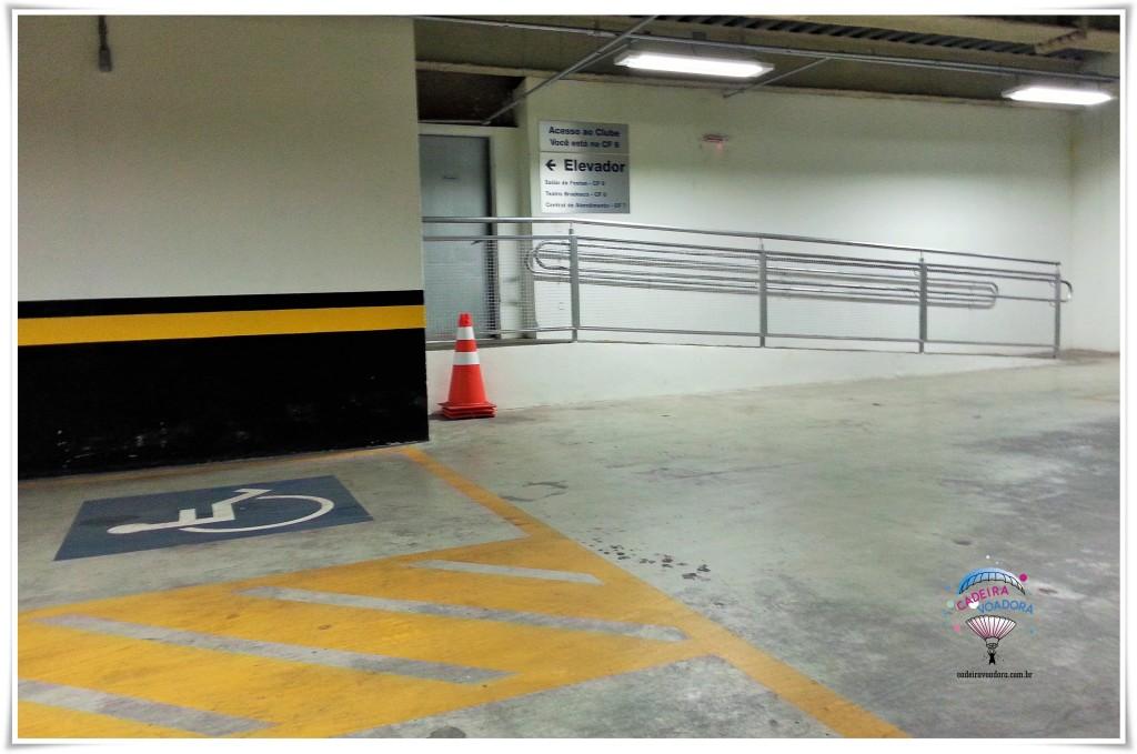 No estacionamento, há vagas reservadas para pessoas com deficiência, com faixa zebrada na lateral, para permitir embarque/desembarque.