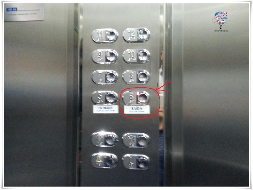 Painel do elevador é rebaixado e com indicações em braile. Aperte o 6º para ter acesso ao teatro.
