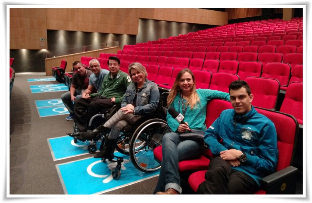 Na foto, estou no Teatro Bradesco com o Thiago Helton e a competente equipe do programa Faça Parte.