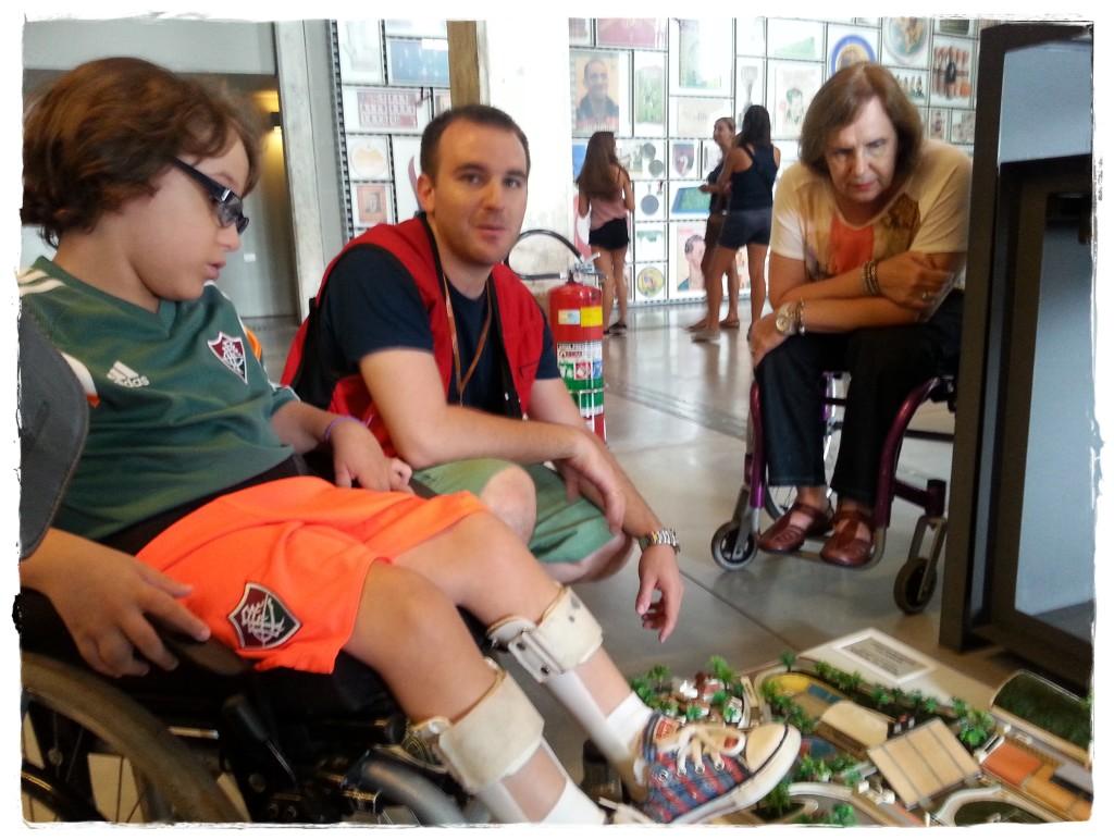 Um funcionário do Museu nos recebe logo na entrada, mostrando os recursos de acessibilidade do Museu. Ele colocou no piso uma maquete tátil, na qual a pessoa cega pode conhecer o local.
