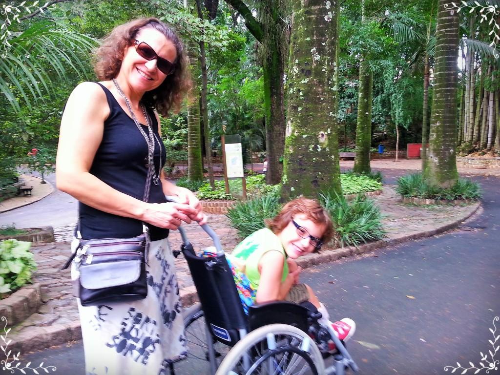 Lene e João passeando pelo parque