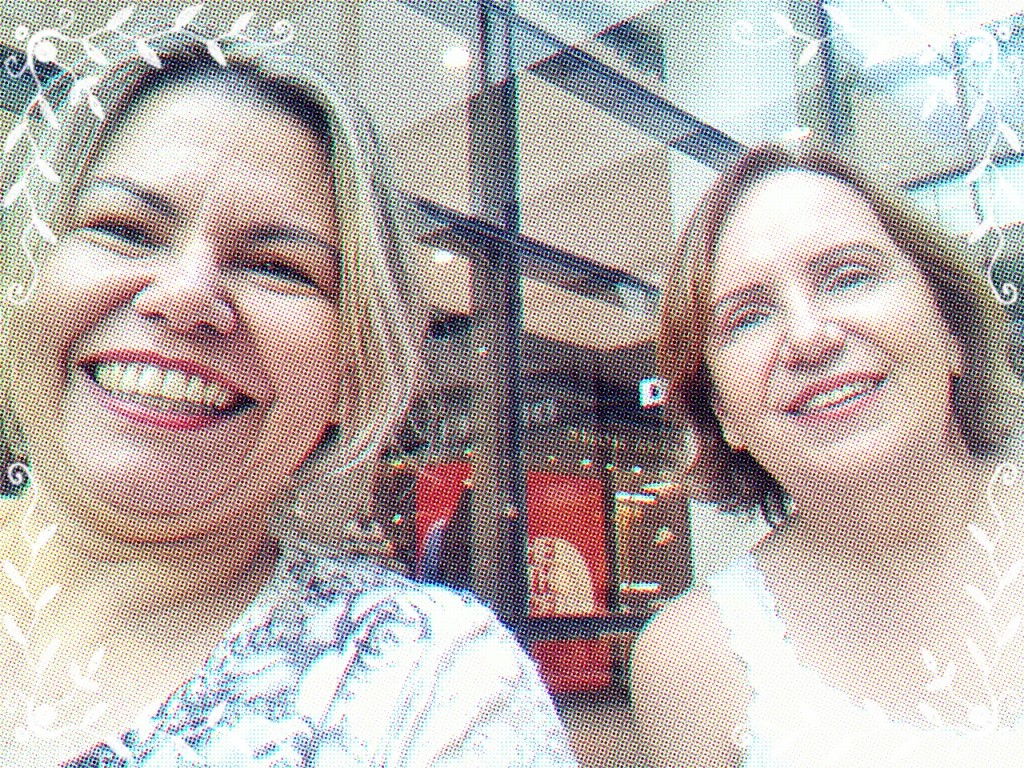 Ida e eu passeando no shopping e aproveitando para botar a fofoca em dia... (Todas as fotos pertencem ao acervo Cadeira Voadora)