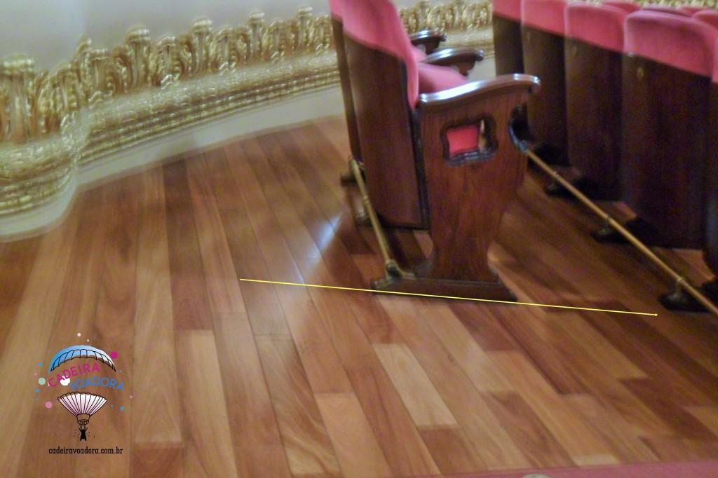 Embora minha foto tenha ficado um pouco desfocada, é possível observar a inclinação do espaço reservado ao cadeirante. Tracei uma linha amarela para ficar mais evidente.