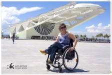 Área externa do Museu do Amanhã, com vista para a Baía de Guanabara (No post há fotos de Marta Alencar -- indicadas com o selo Alta Estima Fotografia Inclusiva -- e de Laura Martins -- indicadas com o selo Cadeira Voadora.)