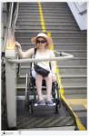 Estou descendo as escadas usando plataforma elevatória, a fim de embarca no metrô da Estação Carioca. (Todas as fotos deste post são de autoria de Marta Alencar, exceto quando indicado)