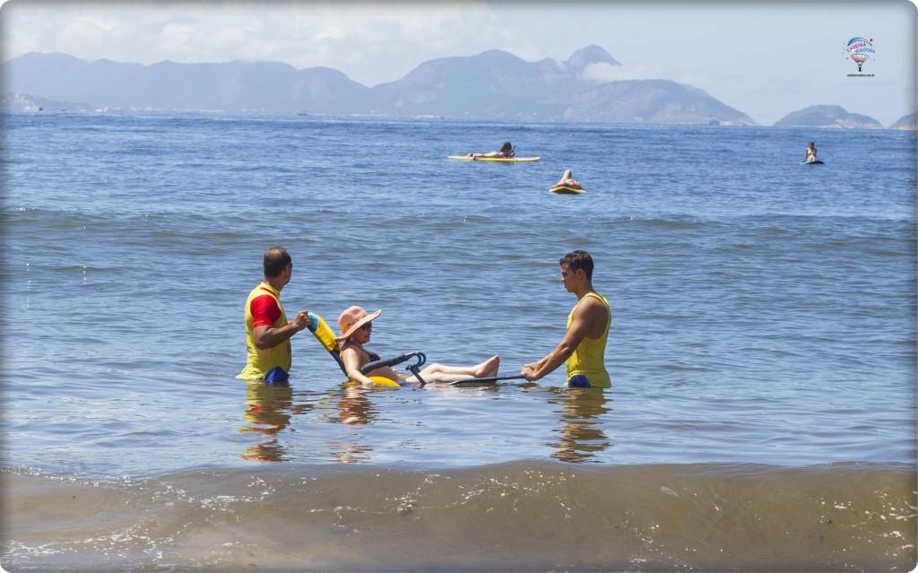 No mar, com o auxílio da equipe Praia para Todos.