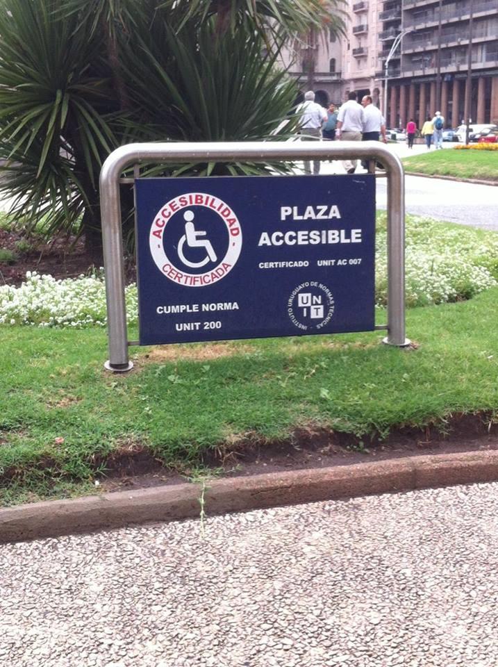 Praça com indicação de acessibilidade