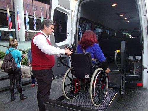 Adriana utiliza van acessível em Montevidéu