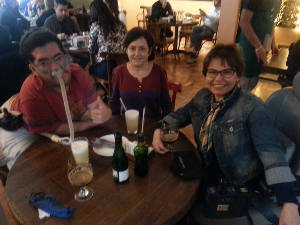 Pedro Muriel, da Cadeira Atômica do Pedrão, Lúcia e eu curtindo a vida e o bom papo na Mercearia 130.