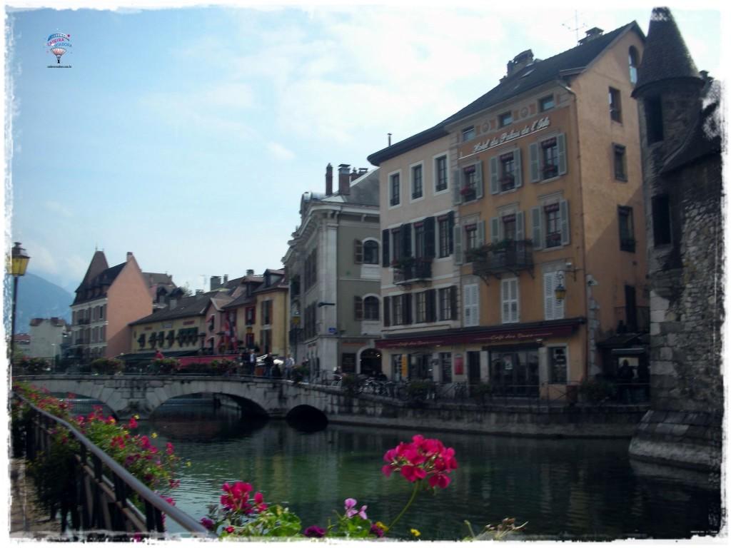 O charme das construções antigas, os canais bem-cuidados, com floreiras, um belo lago: tudo isso faz de Annecy um destino muito agradável!