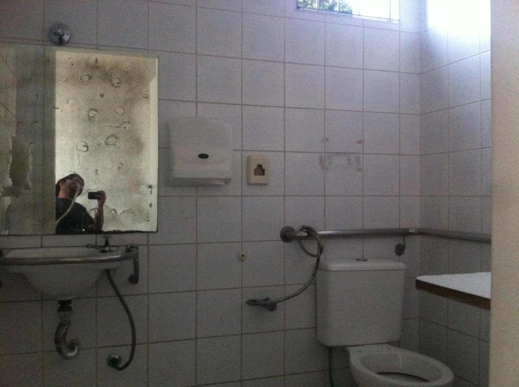 Ah, que pena, o banheiro acessível do Juscelino está num estado deplorável