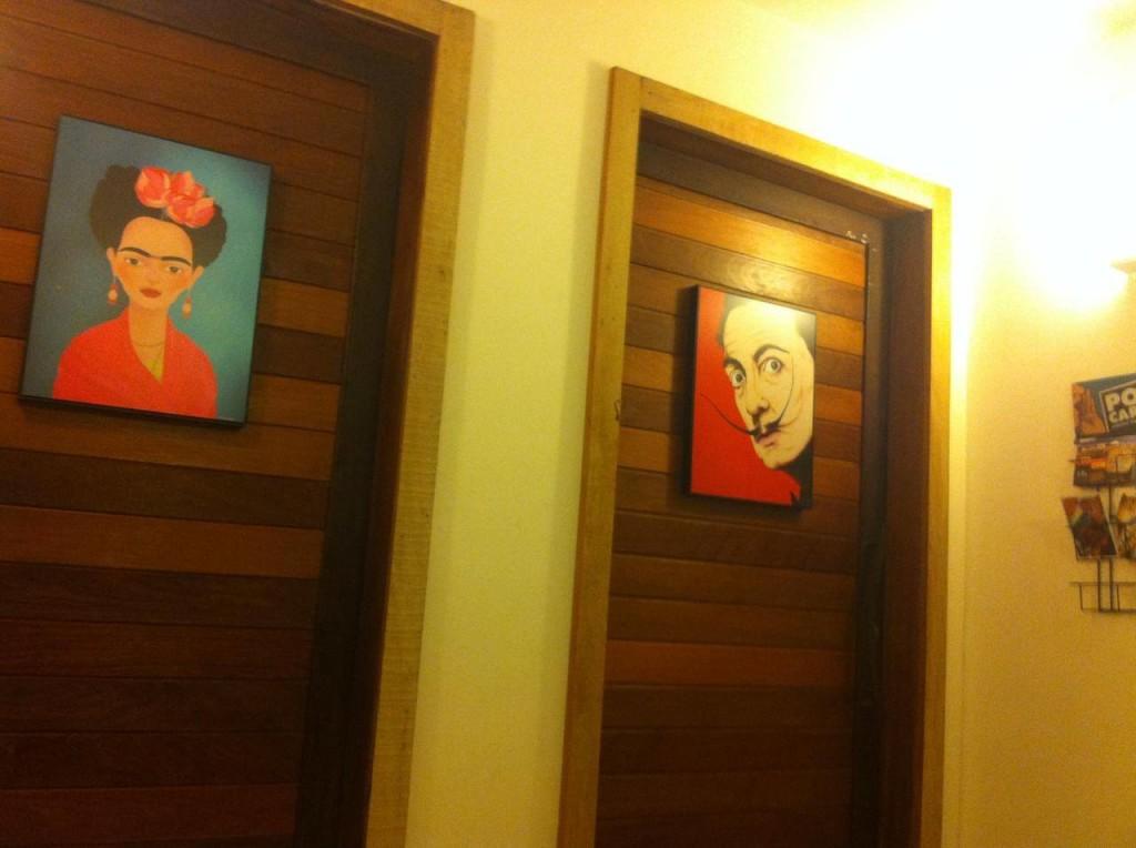 No La Palma, Frida Kahlo e Salvador Dali indicam os banheiros feminino e masculino. Arte pura.