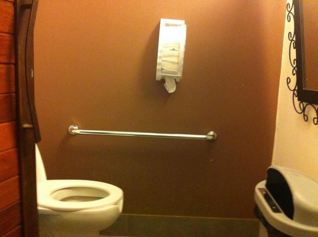 O banheiro tem itens de acessibilidade, mas é pequeno