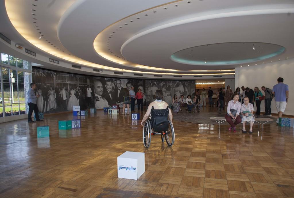Aproveitamos para visitar a exposição. Observe o interior em círculo, o teto, o piso!
