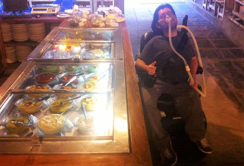 Na foto, Pedrão toma conta dos doces no restaurante Xapuri. Pura maldade esta foto, né?