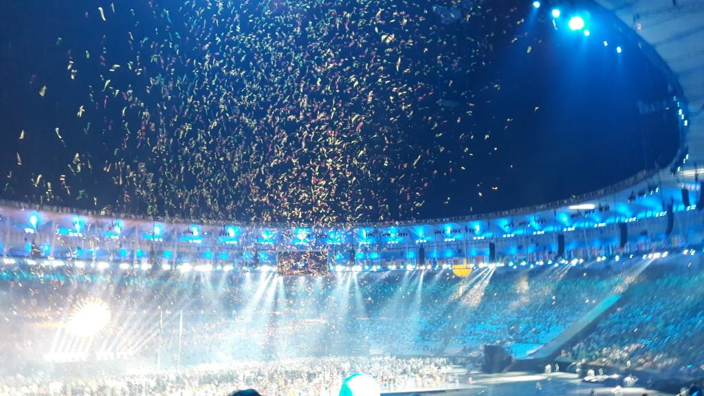 Chuva de papéis picados ao final da cerimônia