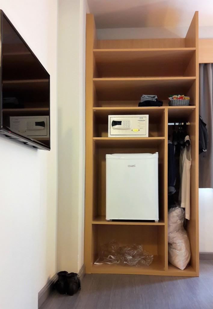 Cabides, cofre e frigobar são facilmente alcançáveis pelo cadeirante | LM