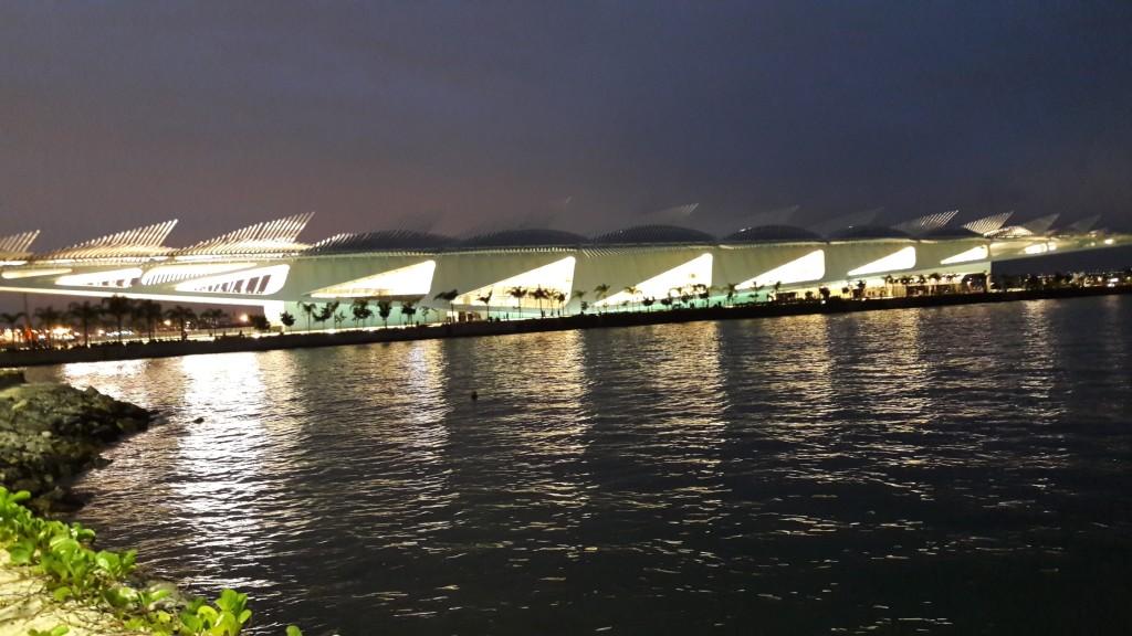 A beleza do Museu do Amanhã fotografado à noite, durante nossa caminhada do Píer Mauá até a Candelária.