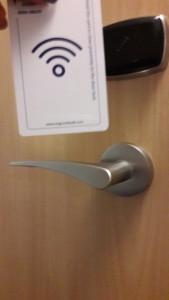 Abrir a porta do quarto não poderia ser mais fácil. Basta encostar o cartão magnético no sensor sobre a maçaneta. | LM