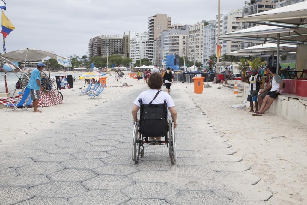 Eu passeio sobre a passarela emborrachada sobre a areia de Copacabana. (Foto: Marta Alencar)