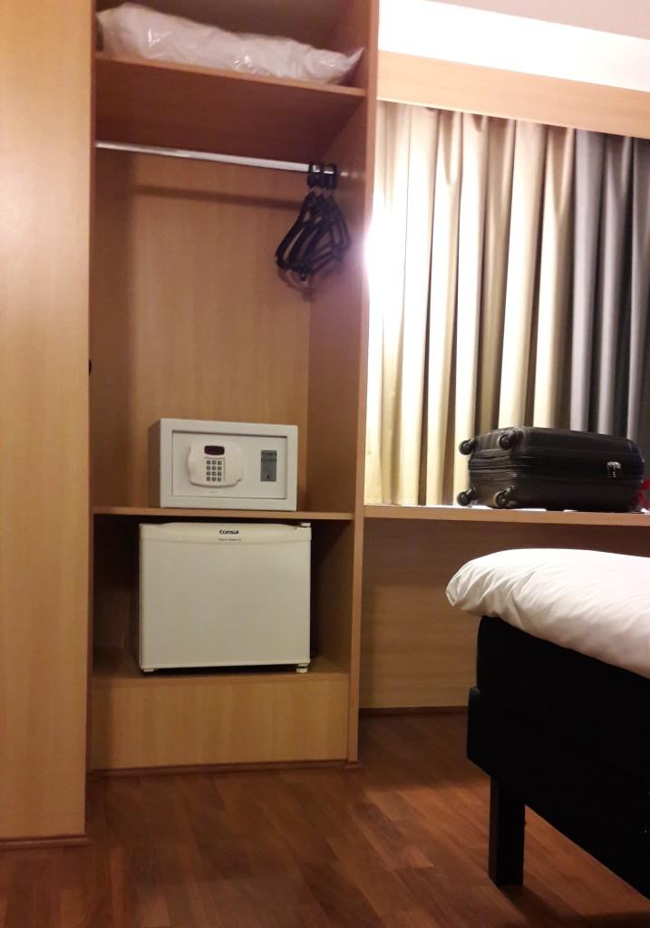 Foto do quarto, mostrando o armário