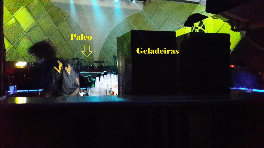Esta foto foi tirada por mim com o celular. Registra aproximadamente a minha visão do palco, com as duas geladeiras à frente.