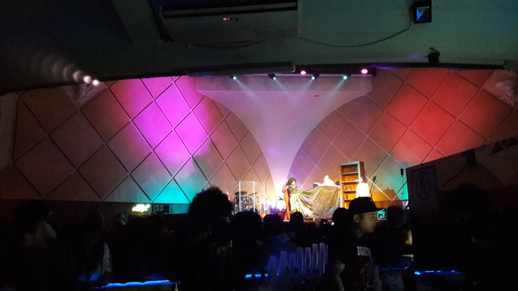 Mais uma foto do palco após a retirada das geladeiras